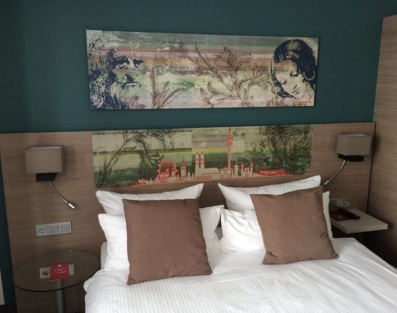 Dekorative billeder på væg i soveværelse