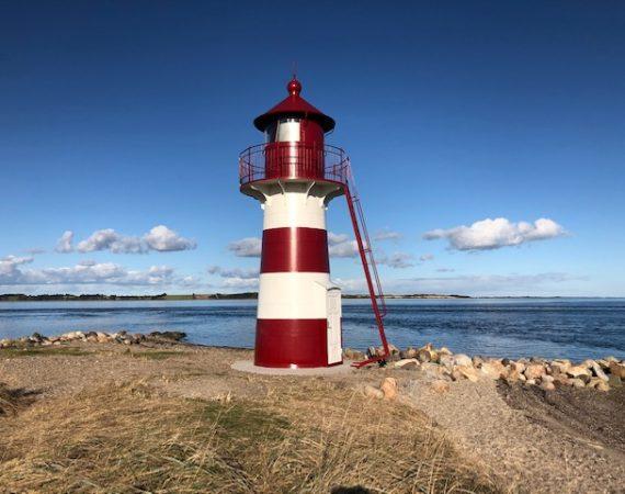 Nymalet rødt og hvidt fyrtårn